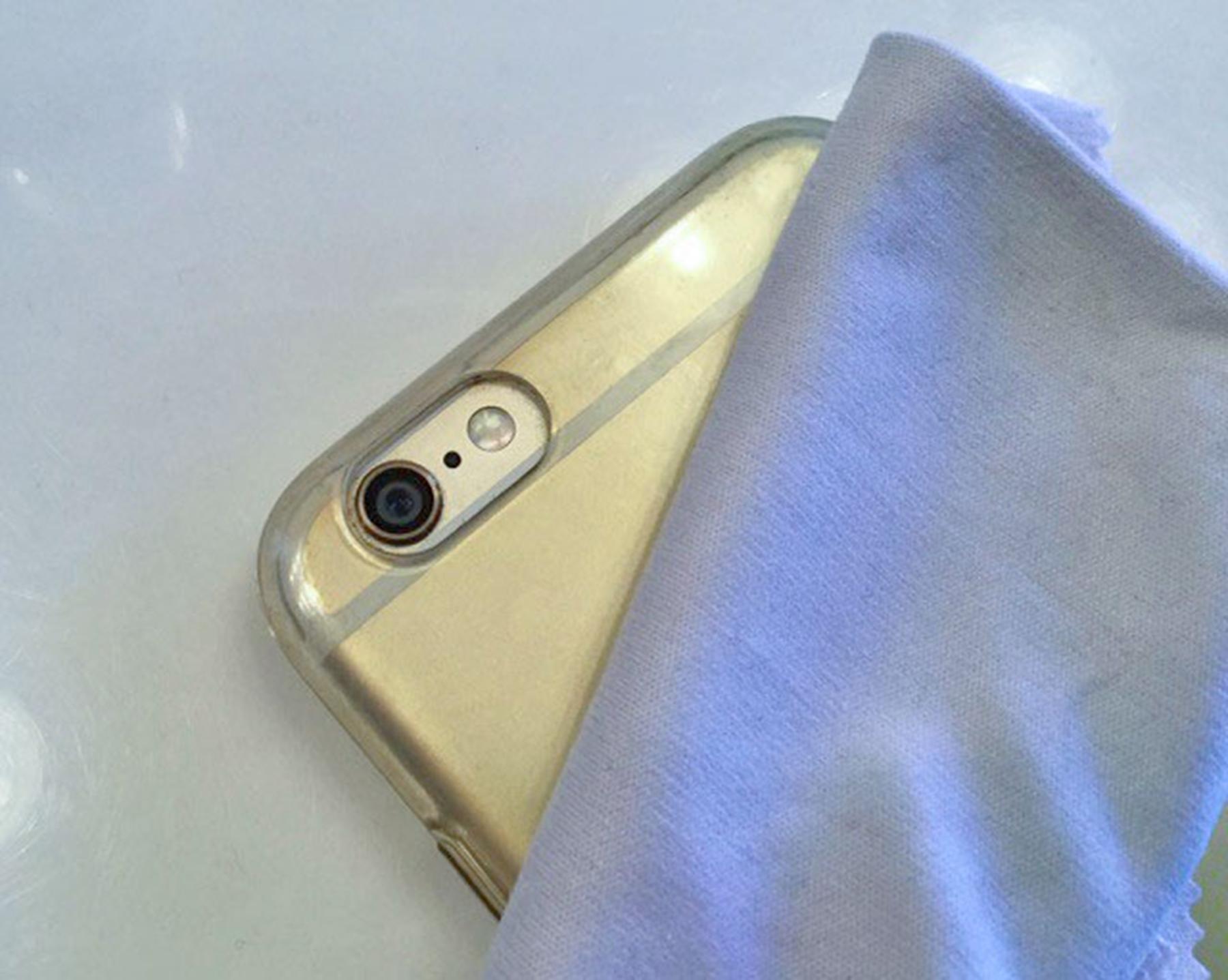 Utilizzare un panno morbido per la pulizia dell'iPhone