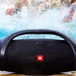 Speaker portatile waterproof JBL Boombox ad elevata autonomia con connettività wireless e 2 USB out per la ricarica di dispositivi esterni.